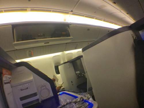 到着の衝撃で頭上コンパートメントが開いたANA便機内の様子