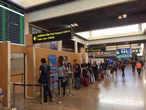 ドンムアン空港の保安検査、出国レーンの行列