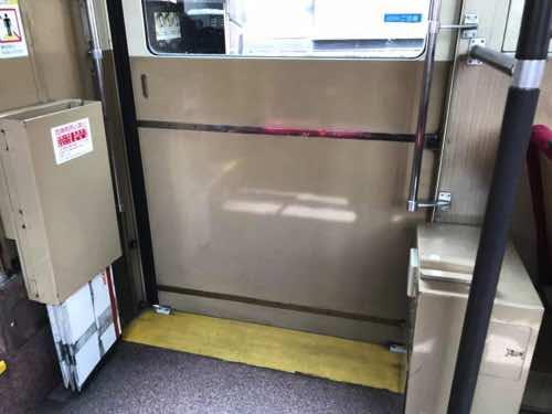 京都市営バスの出入り口にある黄色い線