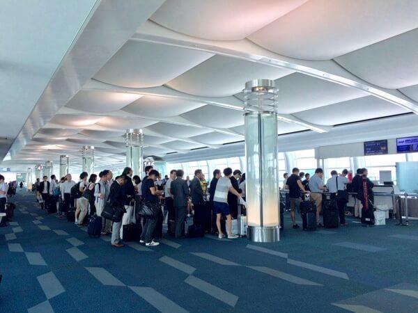 羽田空港ANA国際線のダイヤモンドメンバーの優先搭乗の行列
