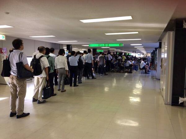 伊丹空港ANA国内線の優先搭乗での大行列