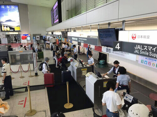 混雑していない伊丹空港JAL国際線チェックインカウンター