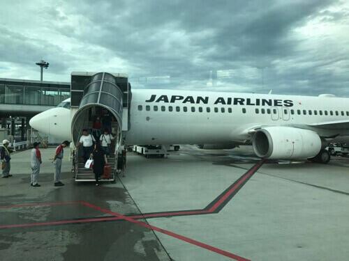 成田空港に到着し沖止めされたJAL機