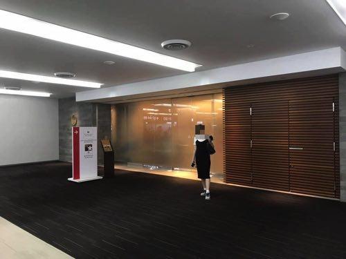 成田空港サテライトのJALサクララウンジ入口