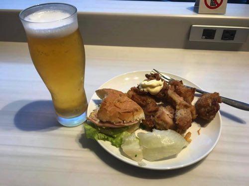 成田空港サテライトのJALサクララウンジで食べた竜田揚げなど
