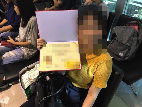 タマサート大学卒業証書をもらい喜ぶ妻