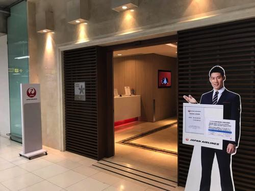 バンコクスワンナプーム国際空港サクララウンジ入口と錦織圭の案内