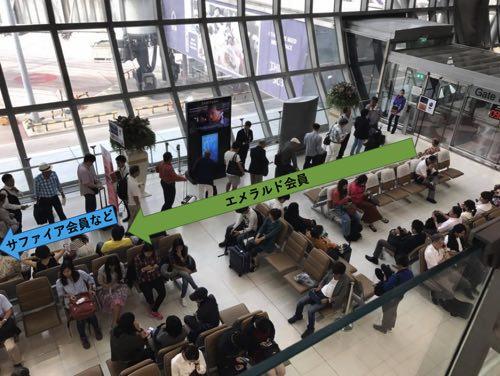 スワンナプーム国際空港JAL便の優先搭乗の行列の説明