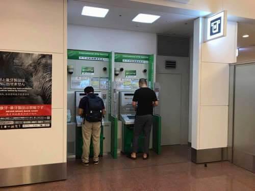 羽田空港到着口横にあるゆうちょ銀行ATM
