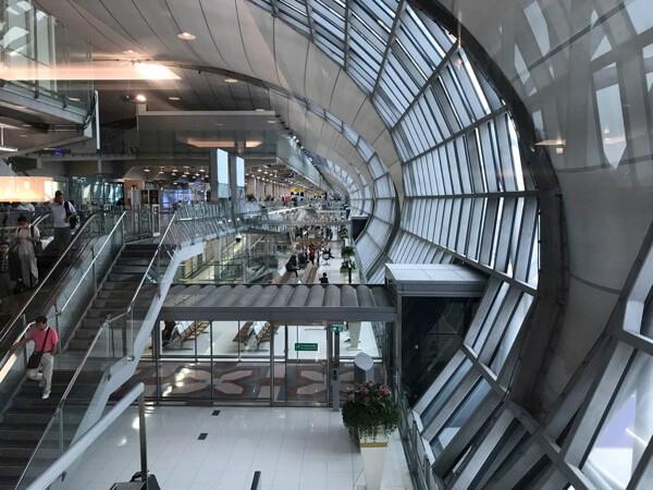 スワンナプーム国際空港サクララウンジから見えるターミナル内の風景
