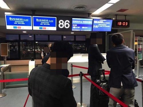 JAL成田-バンコク便の優先搭乗に並んだ様子