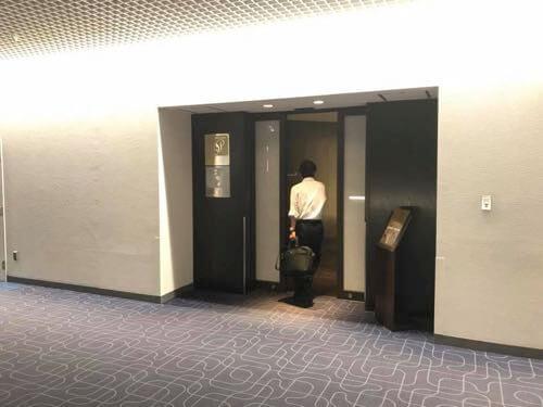 羽田空港国内線JALサクララウンジの入口