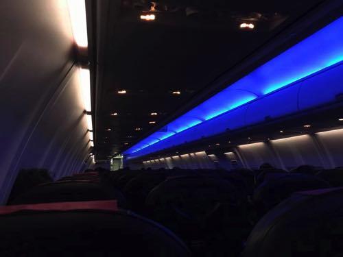 JAL機内なのに、ANAカラーに