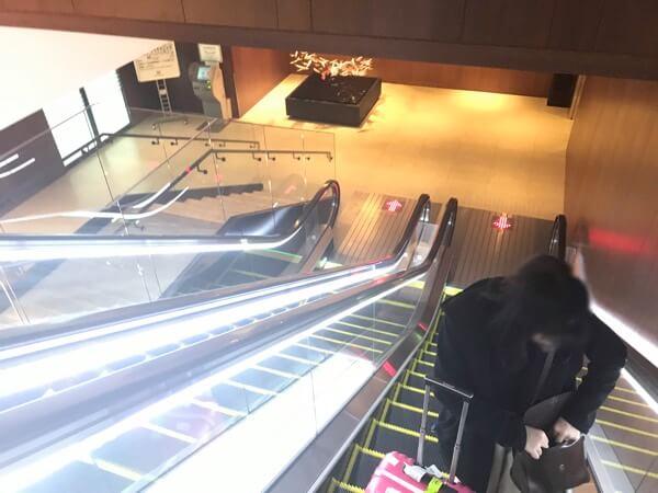 新千歳空港のサクララウンジへの受付前にあるエスカレーター