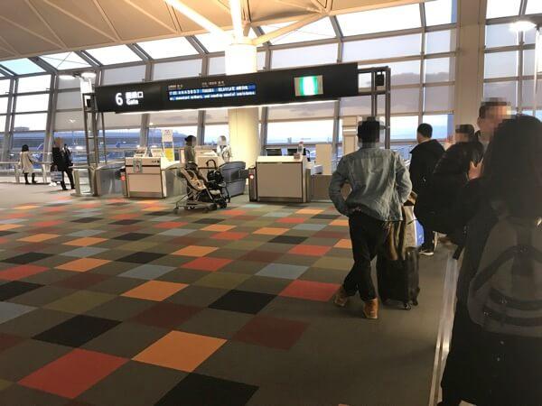 スターフライヤーの中部国際空港での優先搭乗前の搭乗口の様子