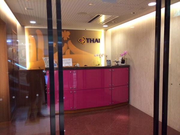 関西空港にあるタイ国際航空のロイヤルオーキッドラウンジのフロント