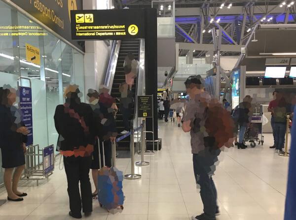 スワンナプーム国際空港の保安検査場へのエスカレーター