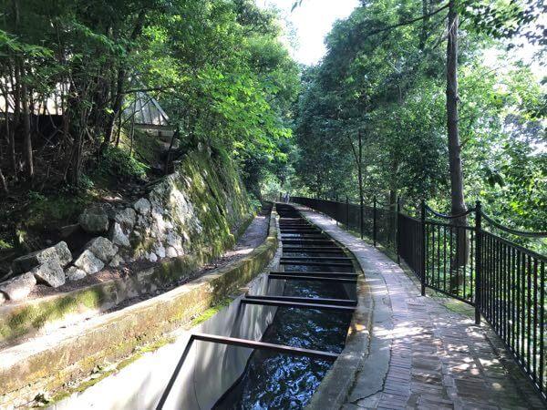 南禅寺の水路閣の水路をさかのぼってインクラインへ