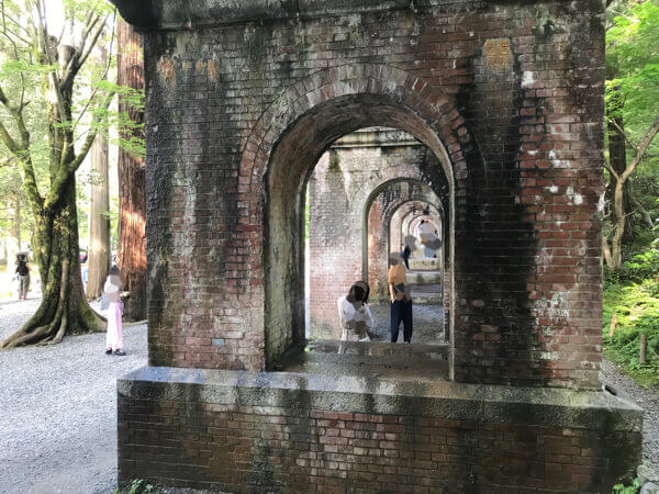 水路閣のアーチを利用した写真撮影
