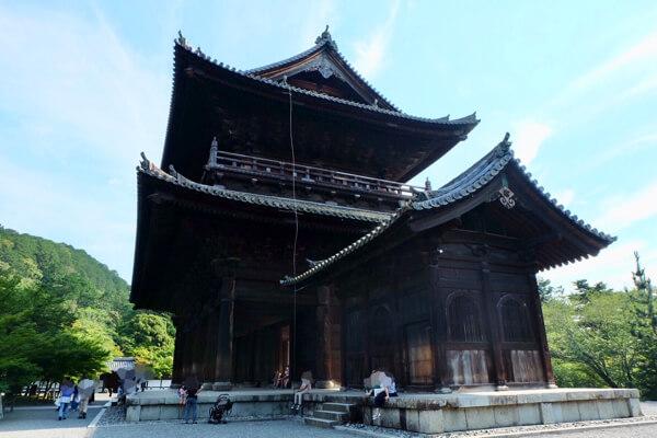南禅寺の三門で休憩する観光客