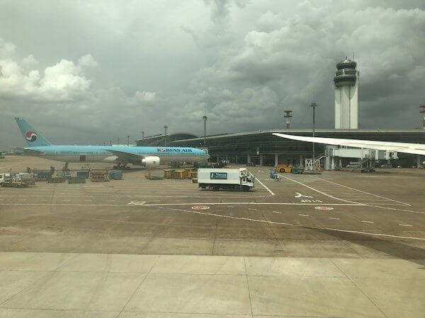 タンソンニャット国際空港に到着