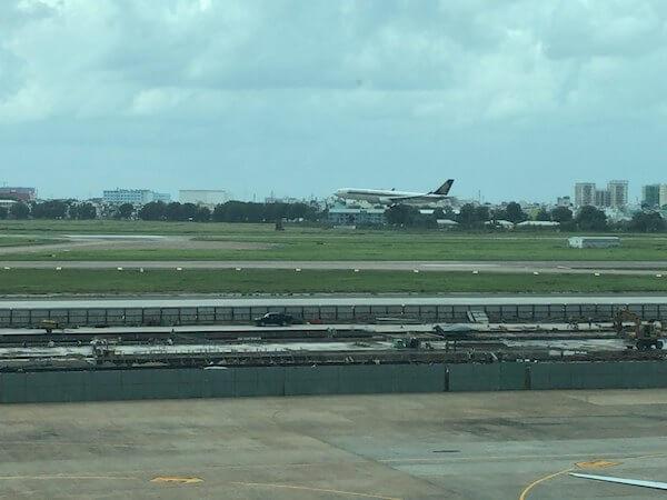 ロータスラウンジ@ロータスラウンジ@タンソンニャット国際空港から見える滑走路
