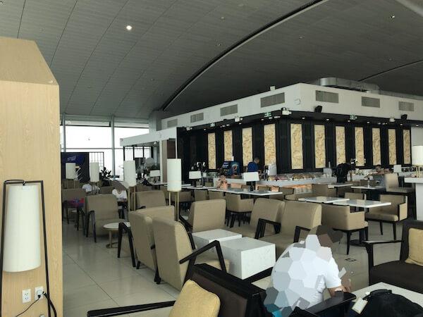 ロータスラウンジ@タンソンニャット国際空港はL字型